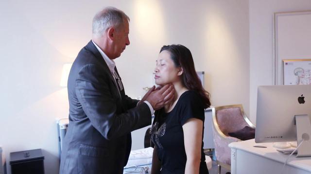欧洲医生为张女士分析皮肤衰老下垂的原因