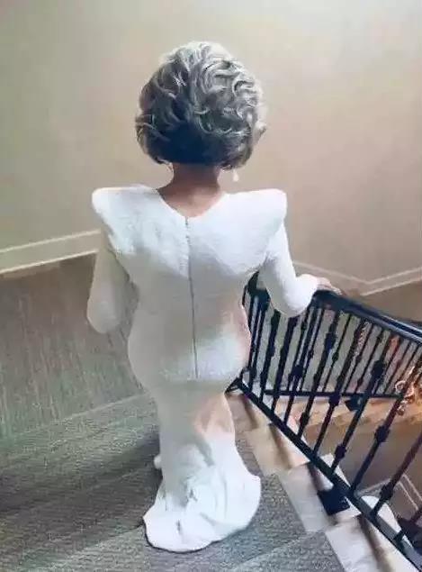 2018年的奥斯卡奥斯卡颁奖典礼上,简·方达凭着一张背影图片惊艳四座